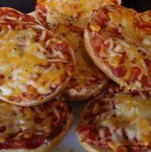 Überbackene Pizzabrötchen mit Salami und Schinken