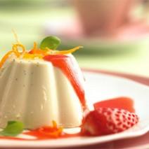Basilikum-Orangen Panna Cotta mit Erdbeersauce