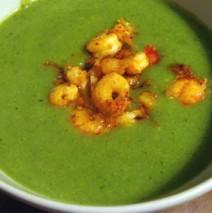 Broccoli-Rahmsuppe mit Garnelenschwänzen