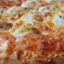 Pizza mit 4 Käsesorten und Kräutern