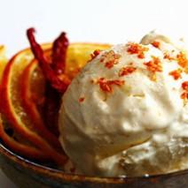 Ricotta mit Honig und Orangen garniert